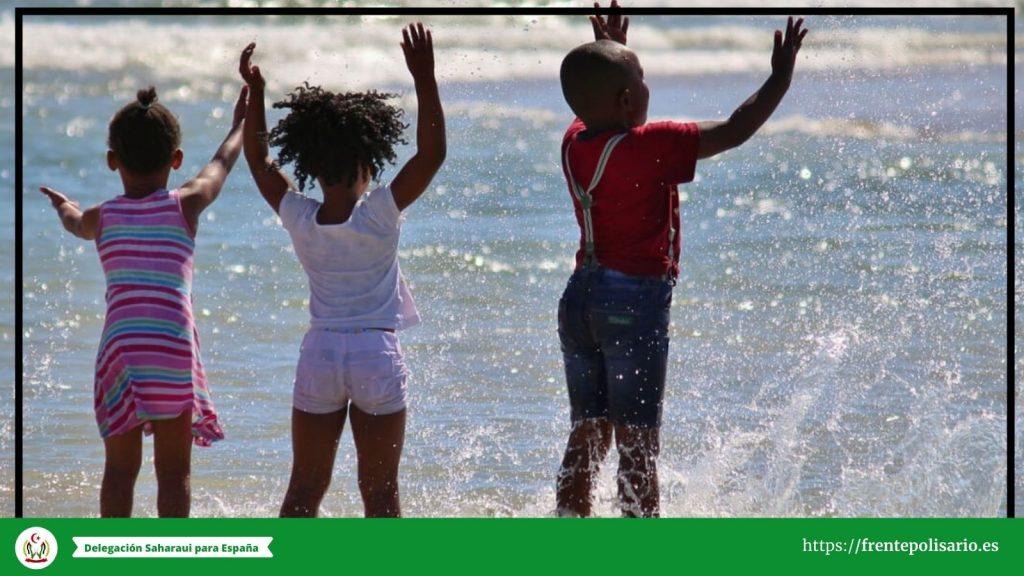 Niños saharauis disfrutando en la playa